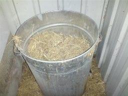 Bin to store littler/straw for nesting boxes refills